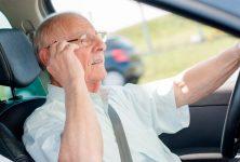 Muchos adultos mayores usan celulares mientras conducen con niños